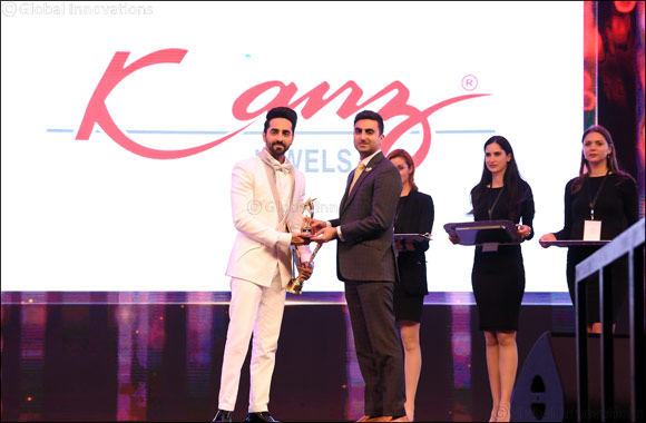 Ayushmann Khurrana receives the 'Best Actor Critics' award from Arjun Dhanak at the Asiavision Movie Awards