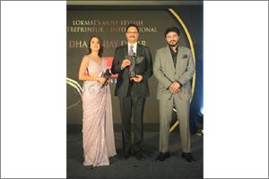 Dr. Dhananjay Datar gets Most Stylish Entrepreneur' award.