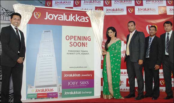 Joyalukkas announces 8 new Joyalukkas Money Exchange showrooms in Kuwait during Shreya Ghoshal visit.